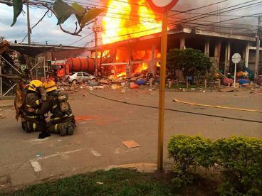 Un camión Cisterna cargado con líquido inflamable se estrelló y provocó voraz incendio en Cali.
